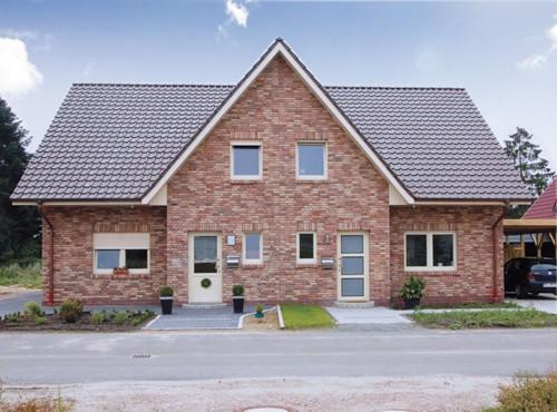 Der große Giebel unterstreicht den typischen Charakter des attraktiven Doppelhauses im Friesen-Stil.