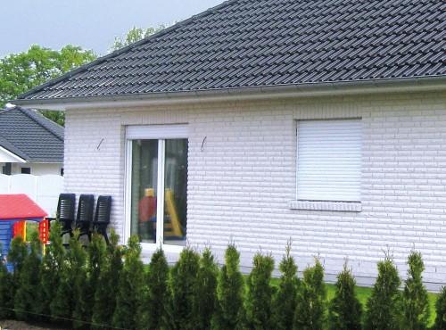 Bodentiefe Fenster sorgen für einen lichtdurchfluteten Wohn- und Essbereich.