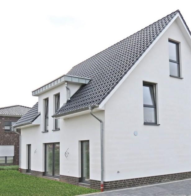 Durch die Dachgaube und die bodentiefen Fenster entsteht mehr Platz für helle, lichtdurchflutete Räume.