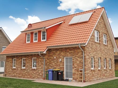 Das abgeschleppte Satteldach gibt diesem typisch norddeutschen Haustyp sein charakteristisches Aussehen.