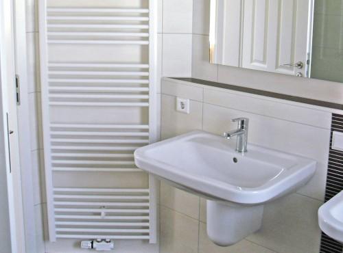 Auch das schöne geräumige Badezimmer mit Dusche lässt keine Wünsche offen.