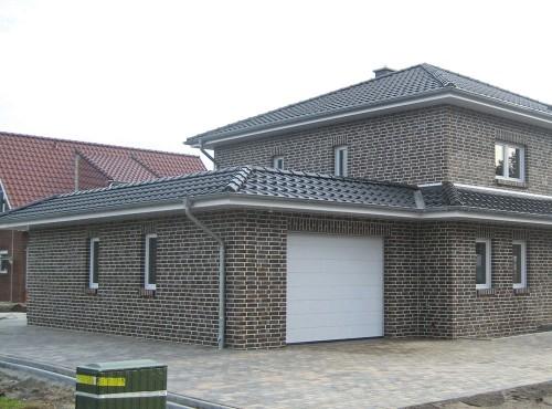 Auch ein gemauerter Nebentrakt mit Garage und Geräteraum ist möglich (optional).