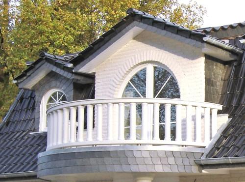 Das Einfamilienhaus »Stadtvilla« mit schicken Balkon im Eingangsbereich.