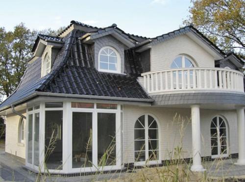 Die Terrassentüren und die großen Fenster lassen jede Menge Licht in den Wohn-/Essbereich und der Küche herein.