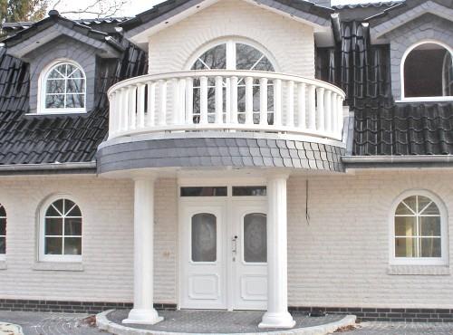 Schick und repräsentativ: Der Eingangsbereich mit den beeindruckenden Säulen.