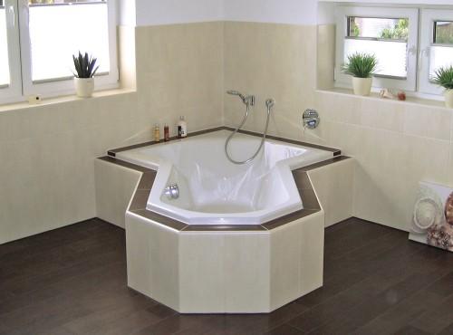 Viel Platz bietet das großzügig angelegte Bad.