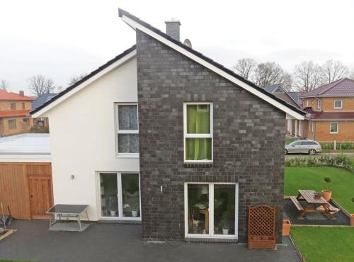 Eine große Terrasse bietet ausreichend Platz für gemütliche Grillabende mit Familie und Gästen.