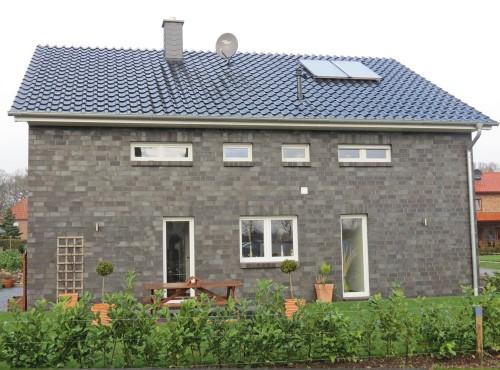 Auch von der Seite hinterlässt das Einfamilienhaus »Top Star« mit der schönen Klinkerfassade einen bleibenden Eindruck
