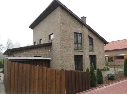 Das Pultdach und die unterschiedliche Fenstergestaltung verleiht dem Einfamilienhaus ein besonders modernes Aussehen!