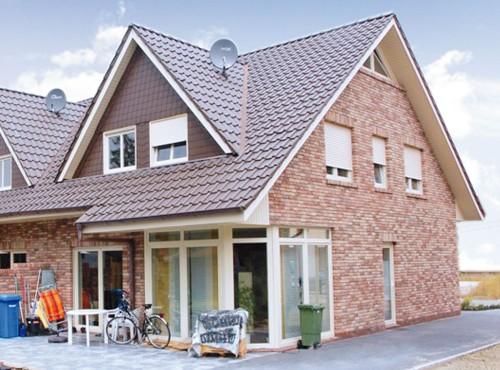 Das Doppelhaus »Friesengiebel« mit großzügiger Terasse.