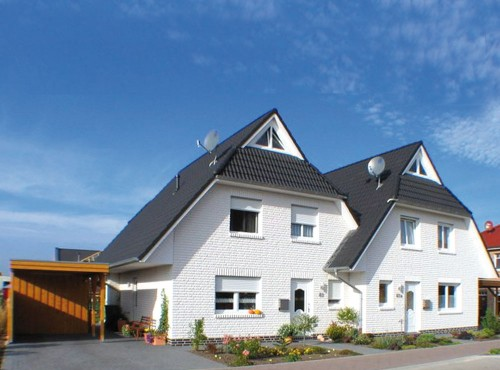 Das Doppelhaus »Sonnenseite« mit weißem Verblender.