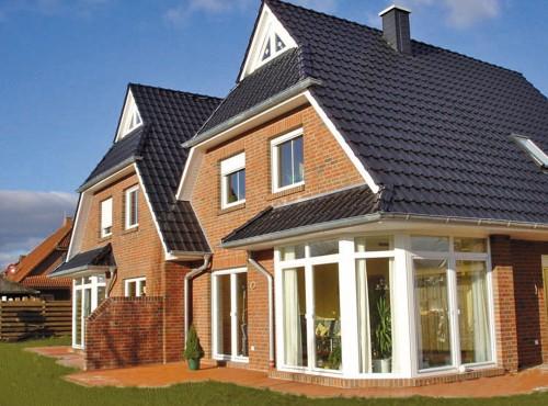 Das Doppelhaus »Sonnenseite« mit modischem Glaserker (optional).