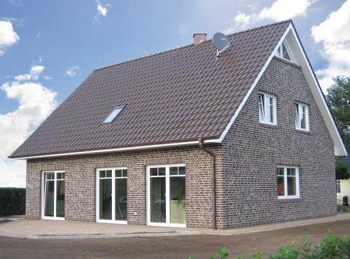 Die großen Fensterfronten lassen viel Licht in den Wohn-/Essbereich.
