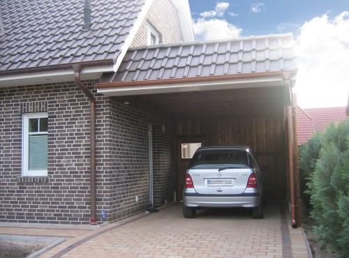 Ausreichend Platz für einen PKW bietet ein Garagen-Anbau (optional).