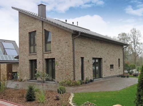 Die bodentiefen Fenster sorgen für viel Tageslicht im Erd- und Dachgeschoss.